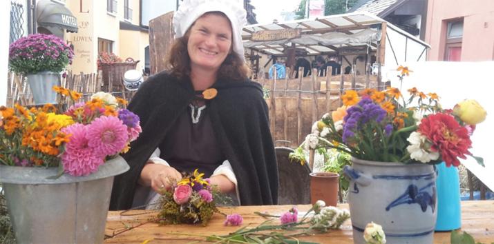 Mittelalterlicher Bauernhof / Herstellung von Kräuterkränzen – Staufen (Stages – Stadtgeschichten)