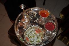 Aarti-Tablett mit Jasmin und Rosenwasser
