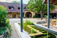 Biotop und Innenhof mit Scheune
